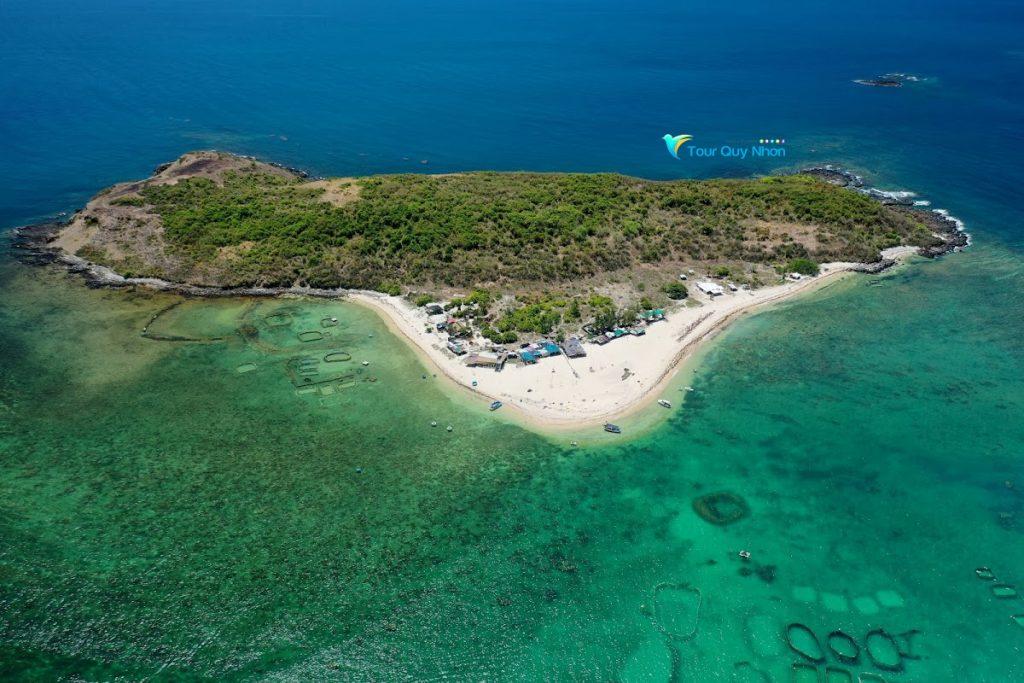 Đảo Hòn Chùa với nước biển xanh trong màu ngọc bích