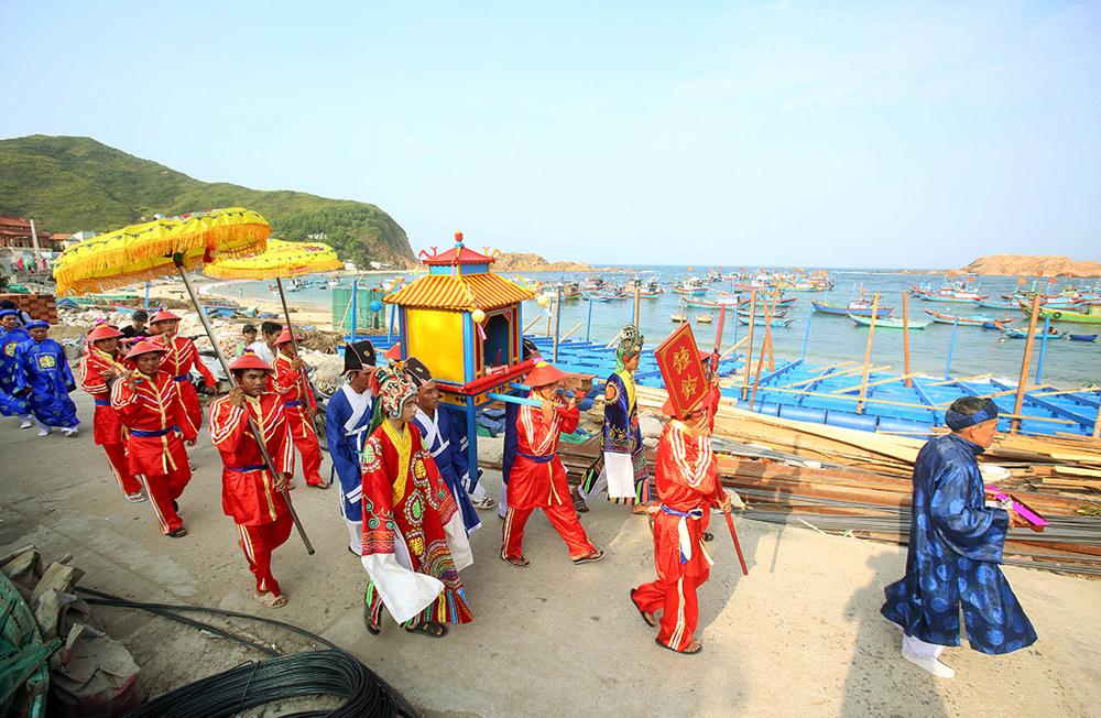 Kiệu cá Ông được di chuyển quanh làng Nhơn Hải