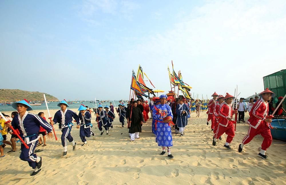 Đoàn múa kiếm và múa bạ trạo trong Lễ hội Cầu Ngư Nhơn Hải, Quy Nhơn