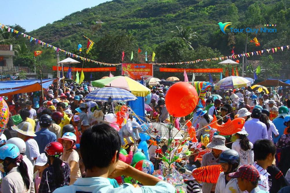 Dòng người tập về tham gia lễ hội Chợ Gò Tuy Phước – Quy Nhơn