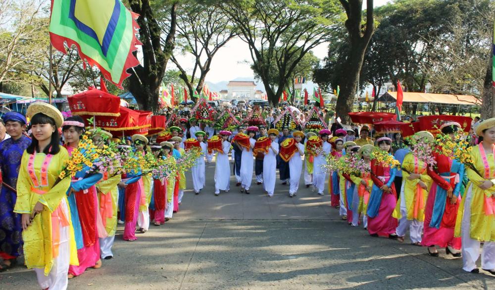 Đoàn rước lễ vật di chuyển vào Bảo Tàng Quang Trung